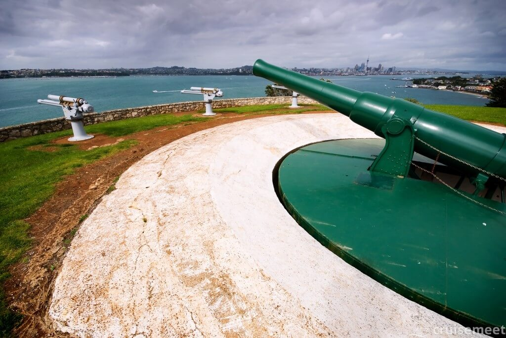 Auckland: World War II Guns point to the sea