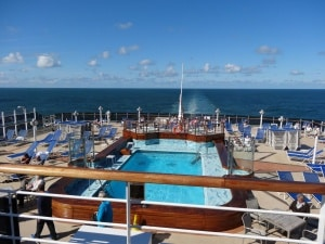 cunard-queen-victoria-stern-pool